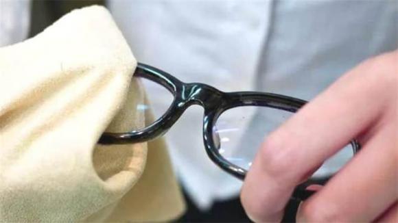 lau kính, rửa kính, mẹo hay, kính cận