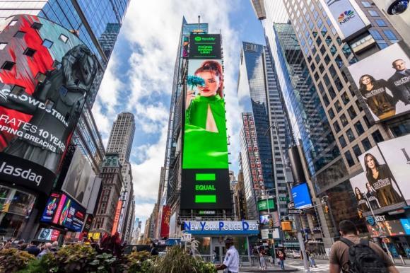 Phùng Khánh Linh, sao việt, quảng trường thời đại, ca sĩ hot, showbiz việt, billboard