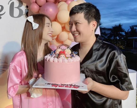 Nhã Phương cùng Trường Giang mặc đồ ngủ 'tông xuyệt tông' mừng kỷ niệm 3 năm ngày cưới