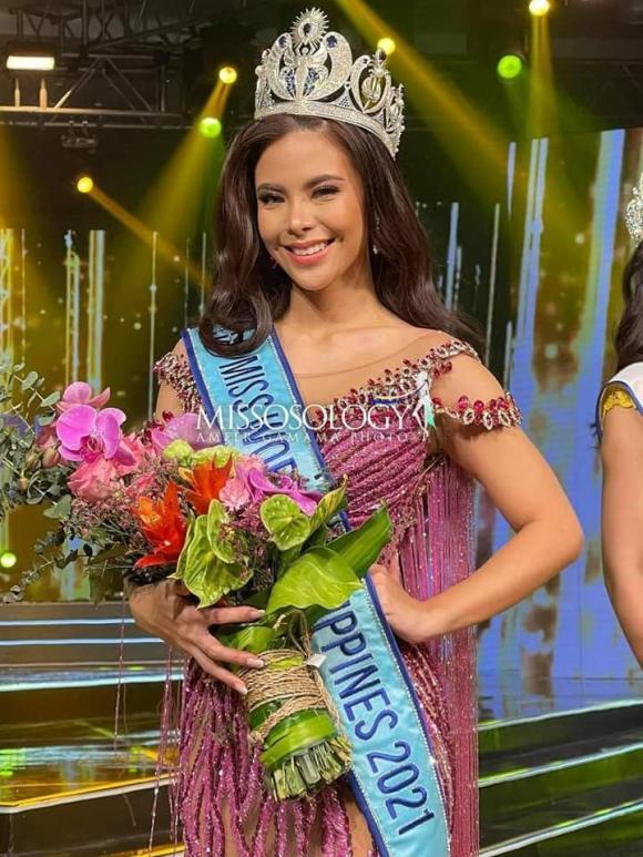 Tân Hoa hậu Thế giới Philippines 2021 ngã rớt cả vương miện trên sâu khấu khi đăng quang