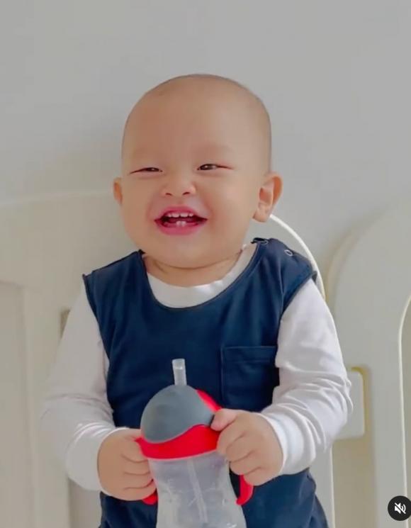 Hà Hồ ăn diện cho cặp sinh đôi mừng 11 tháng tuổi: Leon tự biết cầm bình nước để uống, Lisa cực cá tính và xinh xắn
