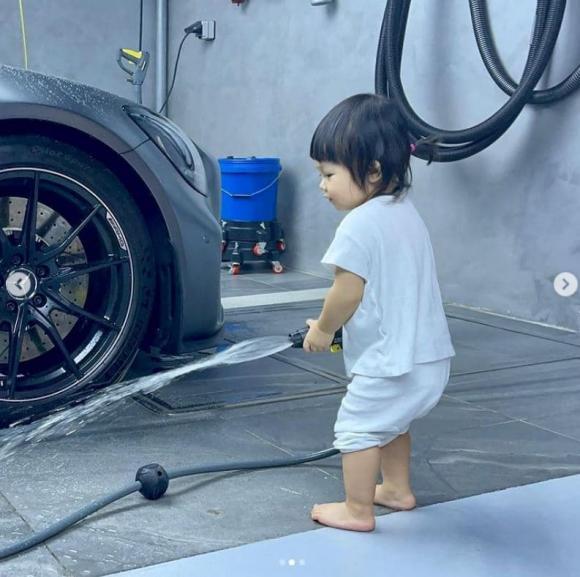 Chỉ mới 1 tuổi, ái nữ nhà Cường Đô La đáng yêu khi phụ bố rửa 'siêu xe' cuối tuần