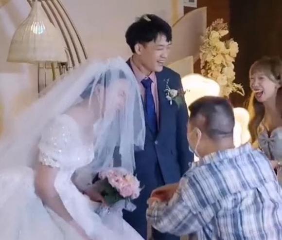 Phù rể cầu hôn cô dâu, đám cưới lạ, mạng xã hội