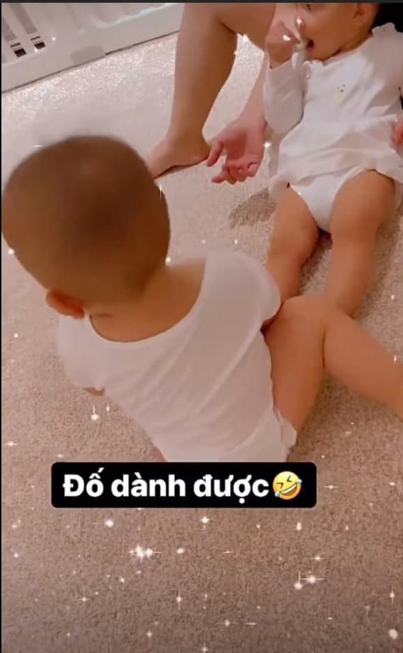 Đây là phản ứng của Kim Lý khi Lisa dùng chân đạp thẳng mặt Leon vì bị giành đồ chơi
