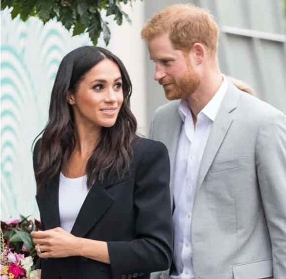 Vợ chồng Meghan chuẩn bị trở lại Anh giữa lúc ồn ào dùng tước vị dù đã từ bỏ hoàng gia?
