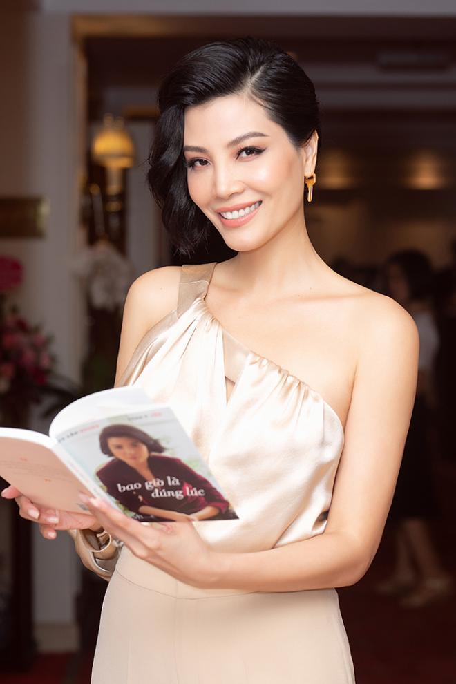 NTK Đức Hùng - Á hậu Tú Anh dự ra mắt sách của cựu siêu mẫu Vũ Cẩm Nhung 0
