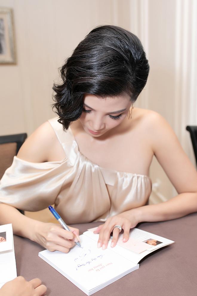 NTK Đức Hùng - Á hậu Tú Anh dự ra mắt sách của cựu siêu mẫu Vũ Cẩm Nhung 4