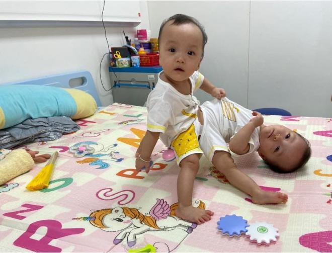 sao Việt cầu nguyện cho cặp song sinh 0