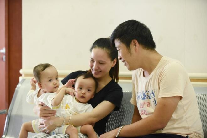 sao Việt cầu nguyện cho cặp song sinh 2