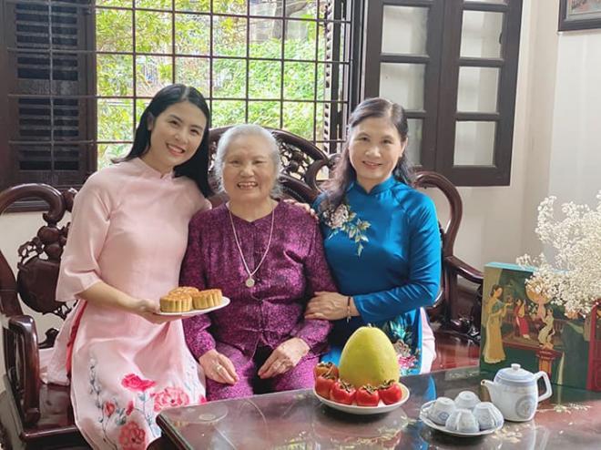 Hoa hậu Ngọc Hân làm bánh trung thu cực khéo, được mẹ và bà ngoại khen hết lời 0