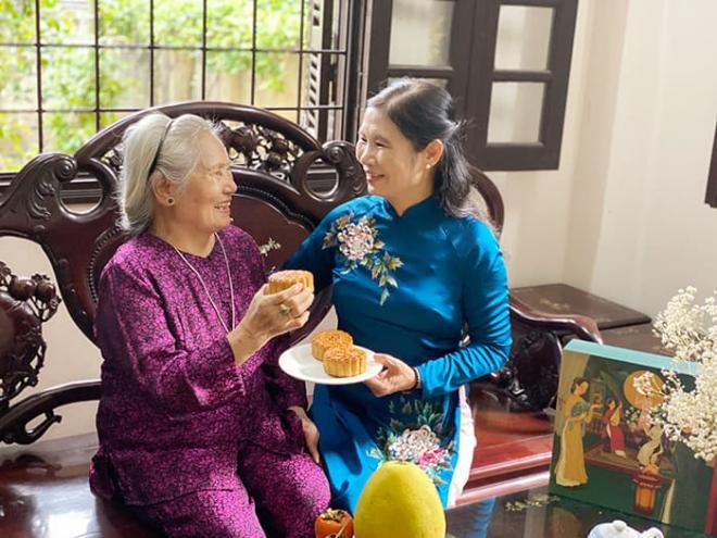 Hoa hậu Ngọc Hân làm bánh trung thu cực khéo, được mẹ và bà ngoại khen hết lời 8
