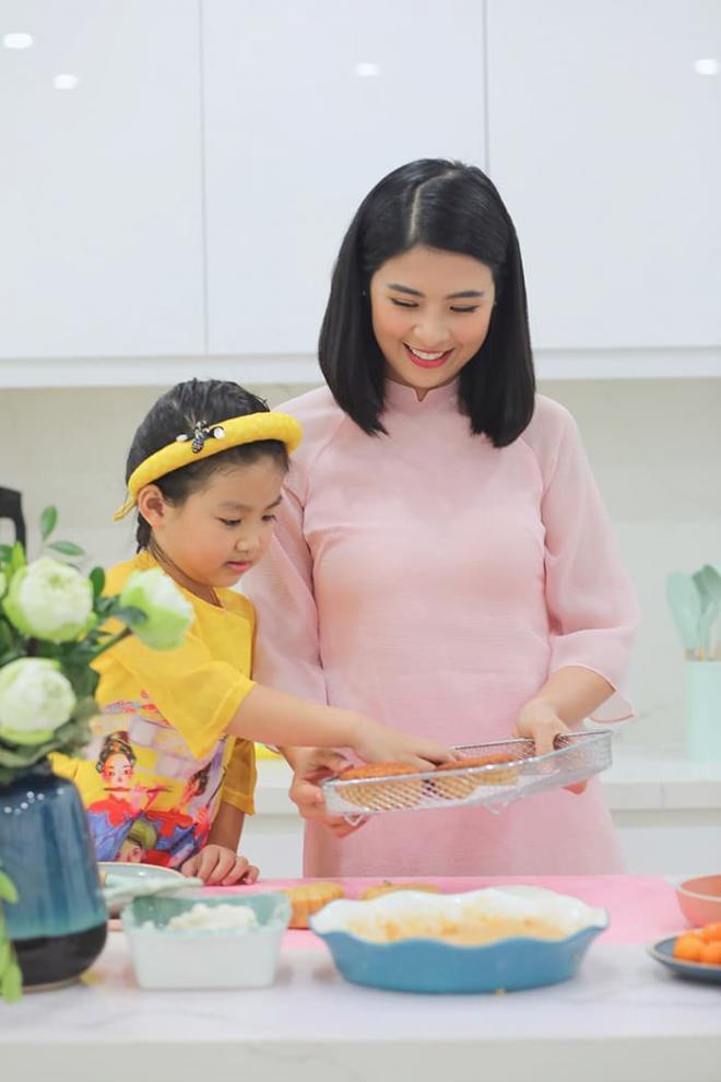 Hoa hậu Ngọc Hân làm bánh trung thu cực khéo, được mẹ và bà ngoại khen hết lời 6