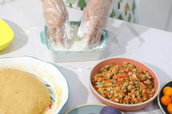 Hoa hậu Ngọc Hân làm bánh trung thu cực khéo, được mẹ và bà ngoại khen hết lời 1