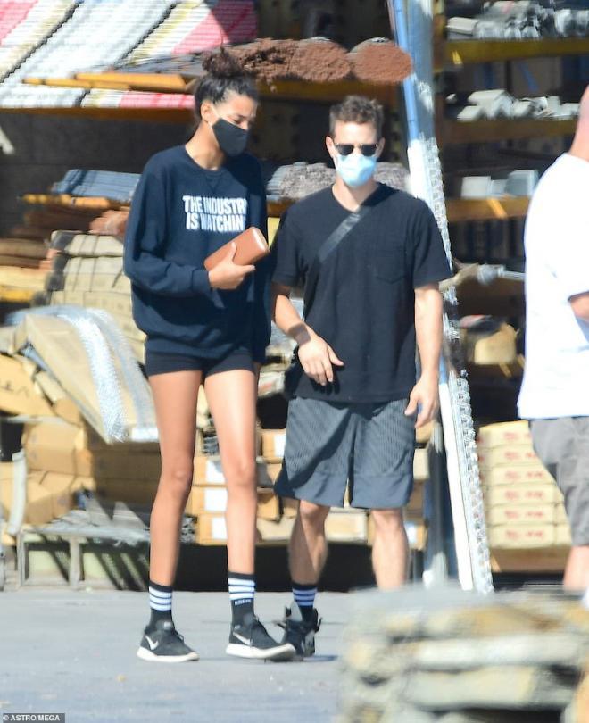 Chồng cũ của sao nữ Glee quá cố Naya Rivera tay trong tay hẹn hò cùng em gái của nữ diễn viên 3
