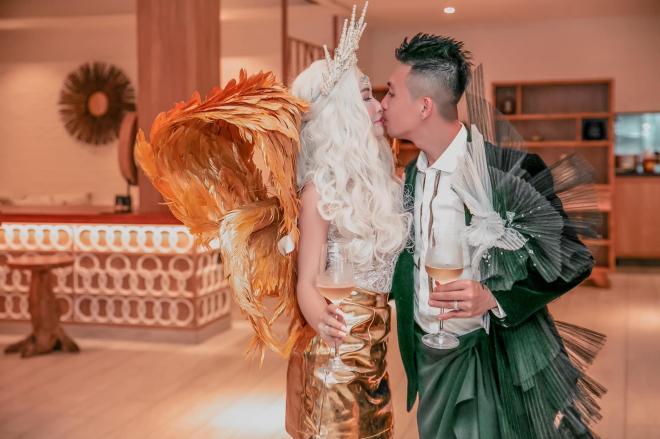 Vợ chồng Minh Nhựa tổ chức tiệc kỷ niệm ngày cưới đơn giản nhưng nhìn trang phục dân tình lại đoán ngược