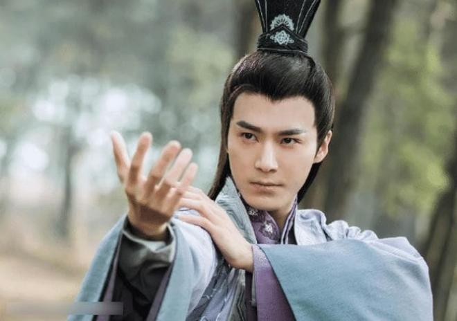 Anh làm việc mờ nhạt 7 năm trong công ty của Lâm Tâm Như, nhờ Triệu Lệ Dĩnh tiến cử mà phất lên như diều gặp gió 1