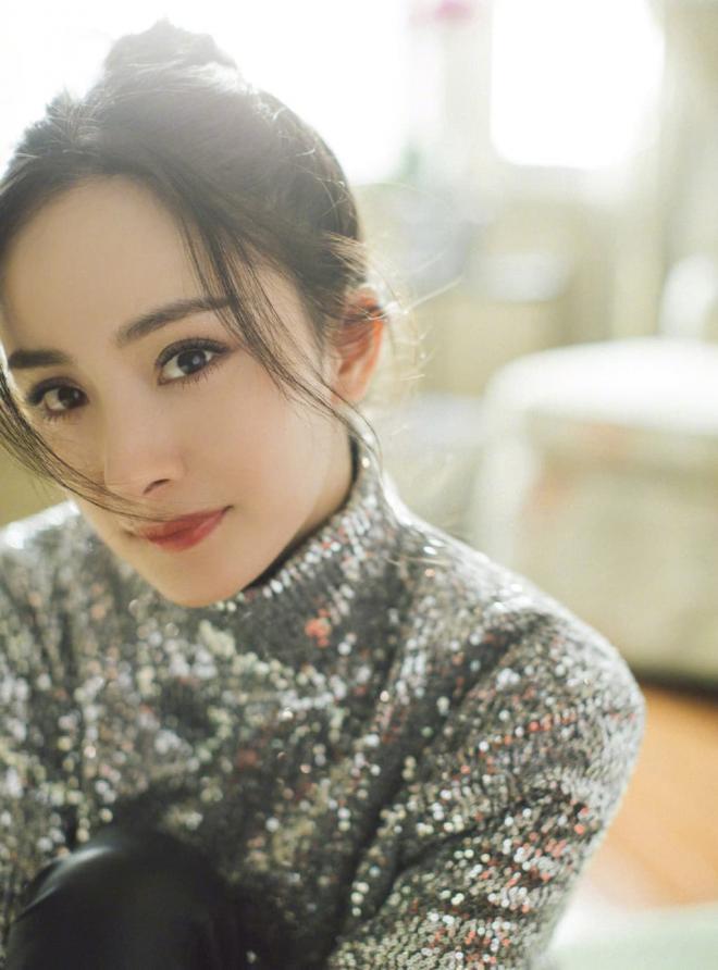 Diện mạo thực sự qua loạt ảnh chưa chỉnh sửa của Dương Mịch khiến không ít người thất vọng vì gương mặt trông như già đi 10 tuổi 6