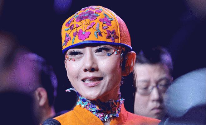 Dương Lệ Bình đã không cởi mũ trong suốt 10 năm và đã tạo ra một phong cách mới. Lý do thực sự của việc này là gì? 9