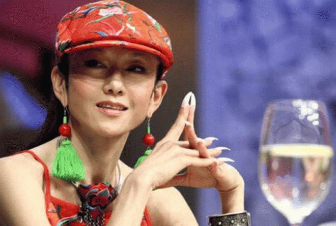 Dương Lệ Bình đã không cởi mũ trong suốt 10 năm và đã tạo ra một phong cách mới. Lý do thực sự của việc này là gì? 8