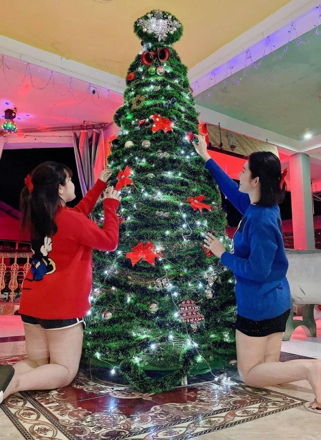 Đăng ảnh đẹp đón Giáng sinh, Thúy Ngân nhận về bình luận kém duyên: Đùi lắm mỡ thế