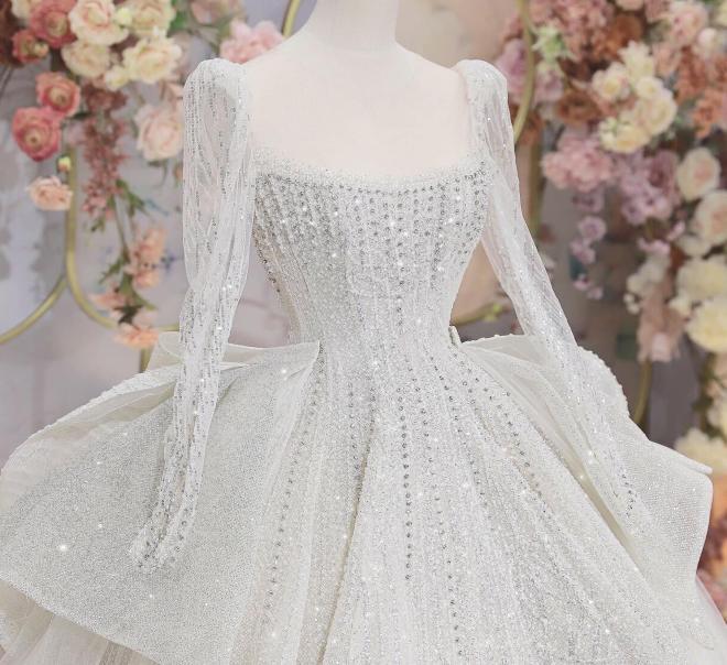 Vợ của cầu thủ Bùi Tiến Dũng đấu giá váy cưới để làm từ thiện