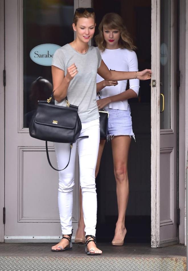 Từng 'chị chị em em' thân thiết, Taylor Swift bị nghi viết bài hát đá xoáy 'Thiên thần nội y' Karlie Kloss 26