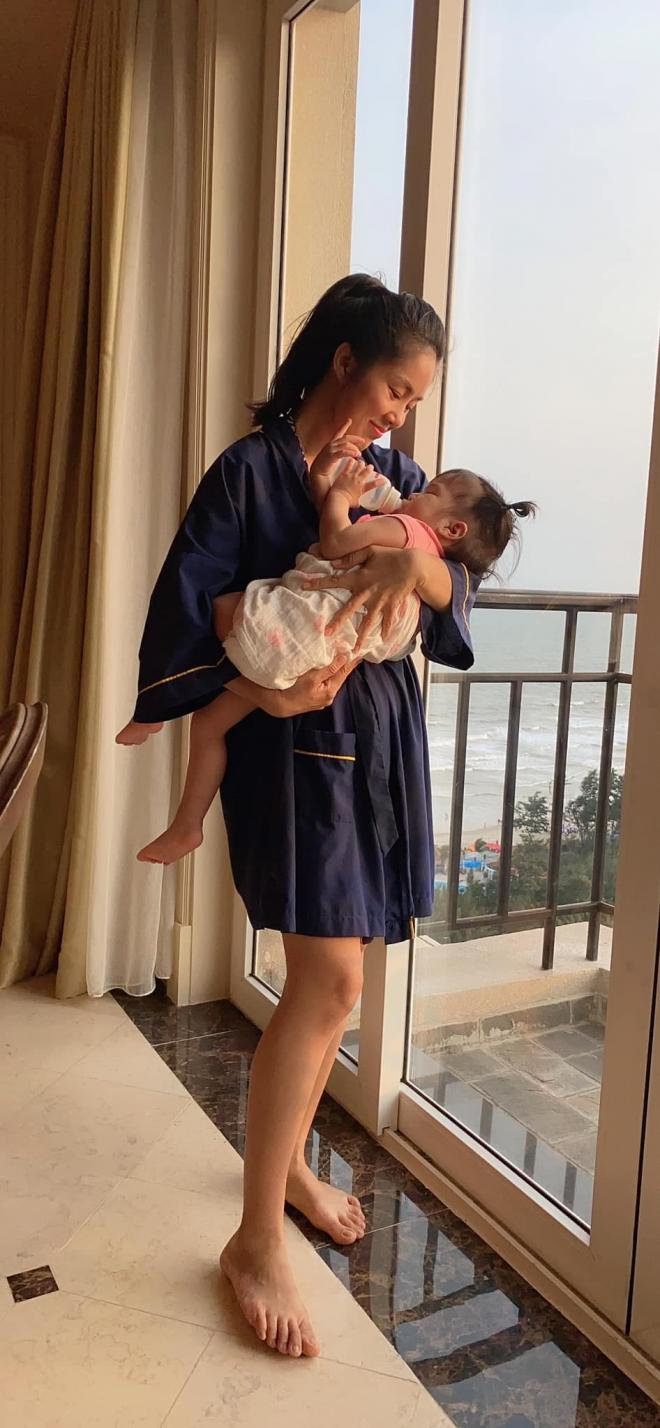 Lê Phương tự tin diện bikini khoe dáng, nhắn nhủ con gái: Mẹ vẫn còn trẻ, mẹ cũng muốn đi chơi