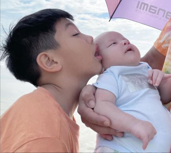 Hồ Ngọc Hà đã chịu khoe cận mặt con trai sinh đôi: Làn da trắng, mắt một mí và mũi cao khiến ai cũng lụi tim