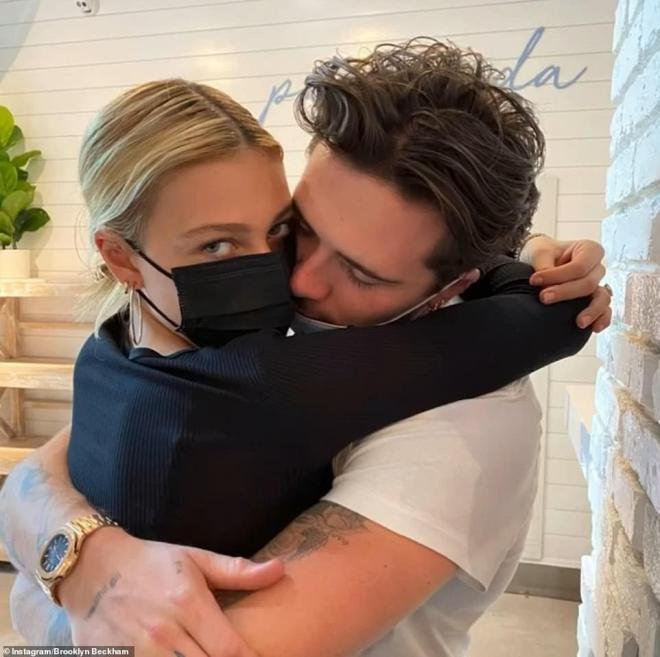 Vợ chồng Beckham diện đồ đôi đi ăn cùng 3 con ở Miami, riêng cậu cả Brooklyn vắng mặt vì bận mừng sinh nhật hôn thê tài phiệt 4