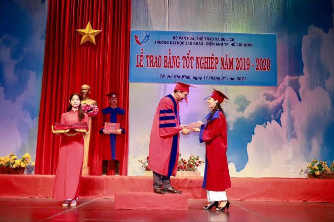 Trịnh Kim Chi nhận bằng tốt nghiệp 0