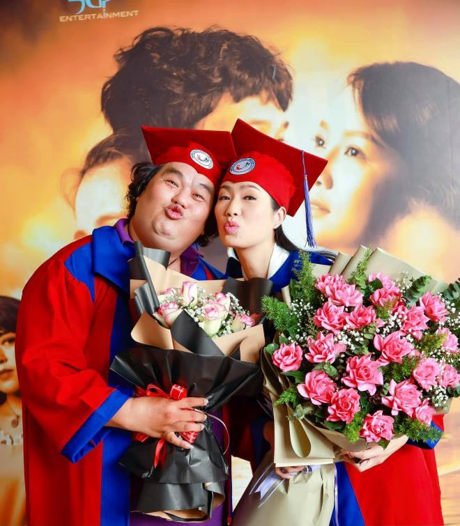 Trịnh Kim Chi nhận bằng tốt nghiệp 1