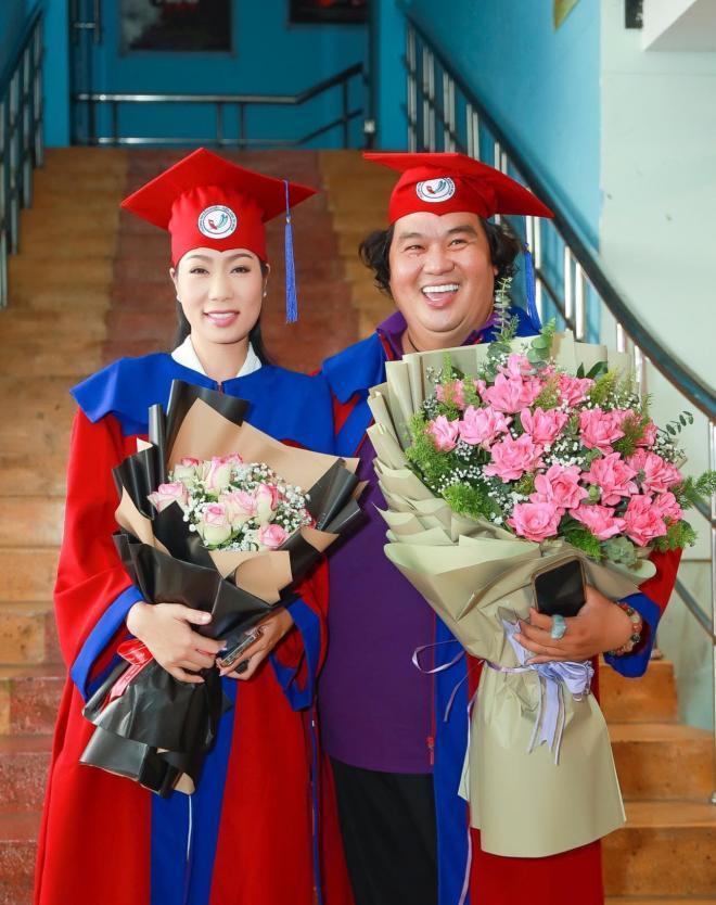 Trịnh Kim Chi nhận bằng tốt nghiệp 2