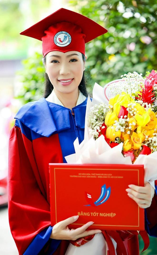 Trịnh Kim Chi nhận bằng tốt nghiệp 3