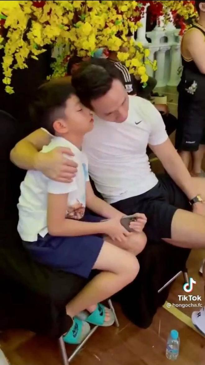 Khi không có mặt Hà Hồ, đây là cách Kim Lý và bé Subeo đối xử với nhau