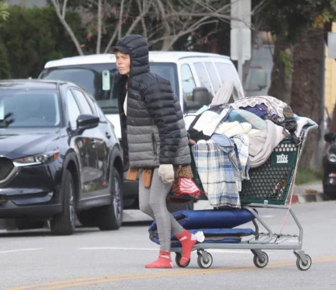 Vợ cũ của sao Hollywood trở thành người vô gia cư, phải bới thùng rác kiếm sống trong khi nam tài tử từ chối giúp đỡ 5
