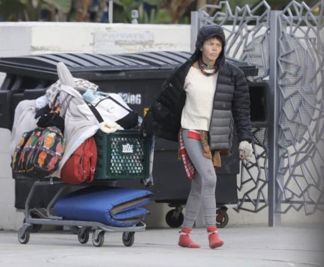 Vợ cũ của sao Hollywood trở thành người vô gia cư, phải bới thùng rác kiếm sống trong khi nam tài tử từ chối giúp đỡ 8