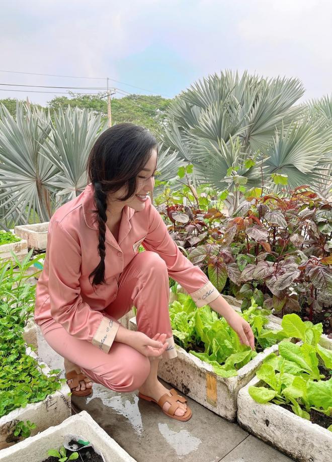Bảo Thy trồng rau 1
