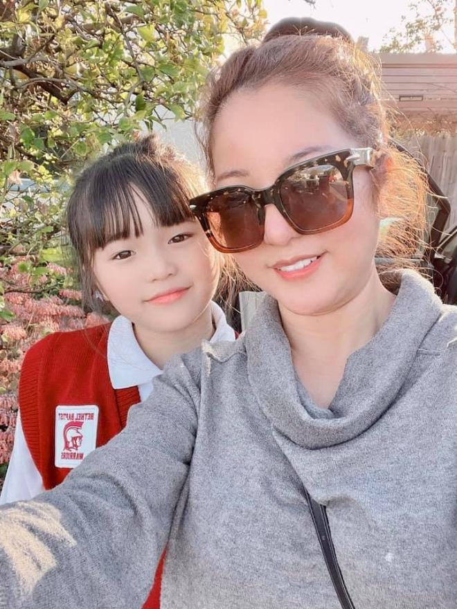 Sang Mỹ vài ngày, con gái Thúy Nga đã đi học trở lại, dung mạo mới nhất gây chú ý
