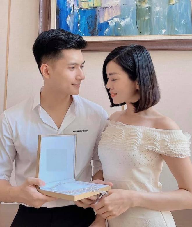Tình trẻ Lâm Bảo Châu tặng quà 8/3 lấp lánh cực khủng cho Lệ Quyên