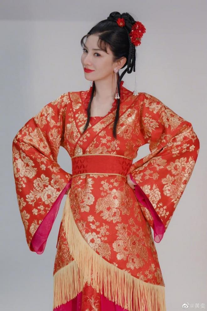 Huỳnh Dịch gây sốt khi mặc lại trang phục 'Lên nhầm kiệu hoa được chồng như ý' sau 21 năm, 4
