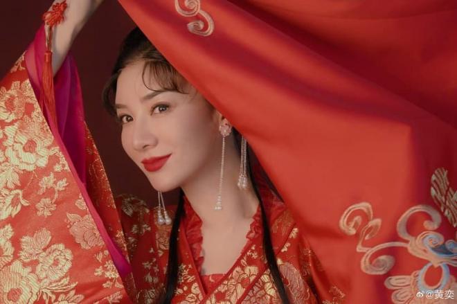 Huỳnh Dịch gây sốt khi mặc lại trang phục 'Lên nhầm kiệu hoa được chồng như ý' sau 21 năm, 6