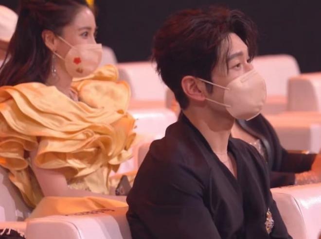 Angelababy mặc áo đôi với chồng đi chơi, người trong cuộc tiết lộ Huỳnh Hiểu Minh đang phải cố gắng hết mình để níu kéo bà xã 7
