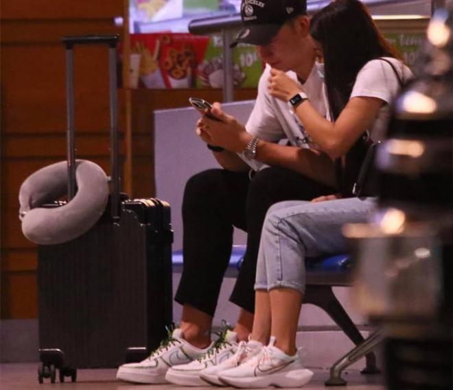 Đặng Văn Lâm lên đường sang Nhật gia nhập câu lạc bộ mới, bạn gái lưu luyến không rời ở sân bay