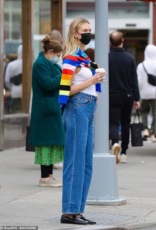 Siêu mẫu Karlie Kloss thon thả dạo phố sau khi mới sinh con chưa đầy 1 tháng 7