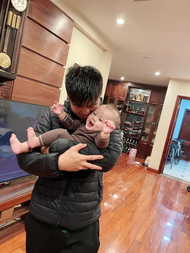 Vợ cầu thủ Duy Mạnh đăng ảnh con trai và chồng, người thân thiết tiết lộ bé Ú giống mẹ lúc còn nhỏ