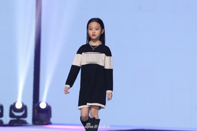 Con gái Lý Tiểu Lộ sải bước cực thần thái trên sàn catwalk, mẫu nhí 9 tuổi khiến cư dân mạng trầm trồ 0