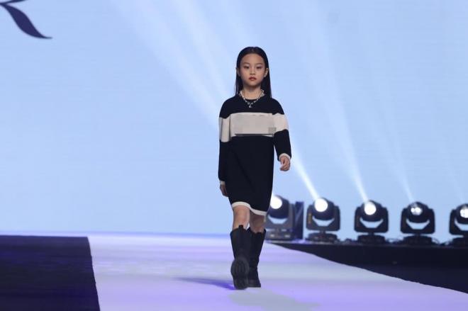 Con gái Lý Tiểu Lộ sải bước cực thần thái trên sàn catwalk, mẫu nhí 9 tuổi khiến cư dân mạng trầm trồ 1