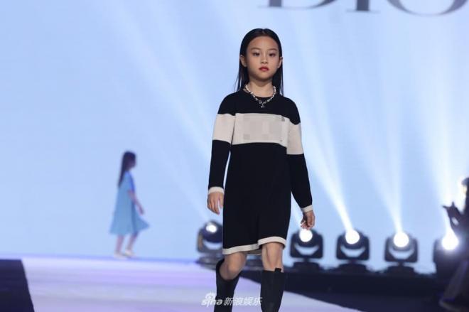 Con gái Lý Tiểu Lộ sải bước cực thần thái trên sàn catwalk, mẫu nhí 9 tuổi khiến cư dân mạng trầm trồ 3