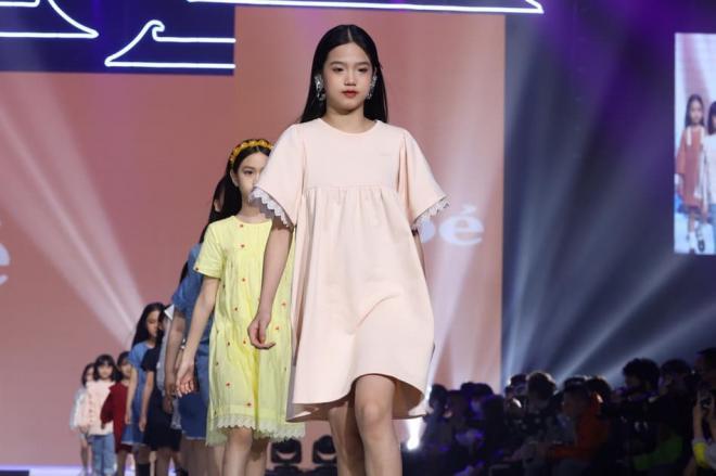 Con gái Lý Tiểu Lộ sải bước cực thần thái trên sàn catwalk, mẫu nhí 9 tuổi khiến cư dân mạng trầm trồ 8