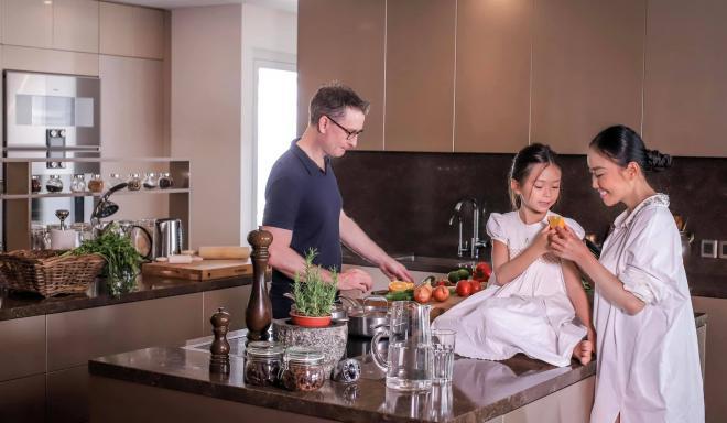không gian bếp nhà Đoan Trang 7